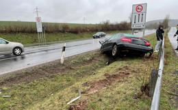 Unfall auf regennasser Fahrbahn: Person glücklicherweise nicht verletzt