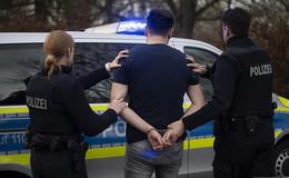 Randalierender Maskenverweigerer geht am Bahnhof auf Bundespolizisten los