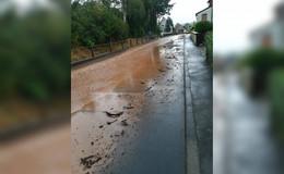 Überflutete Straßen in Widdershausen - Feuerwehr im Einsatz