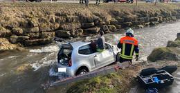 Fahrzeug landet in der Sinn - Rettungshubschrauber und Feuerwehr im Einsatz