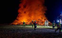 Scheune mit landwirtschaftlichem Gerät brennt lichterloh- 30.000 Euro Schaden
