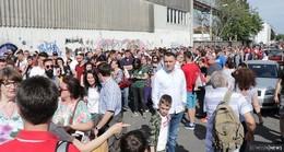 Mehrere tausend Rumänen vor dem Wahllokal - Straße gesperrt