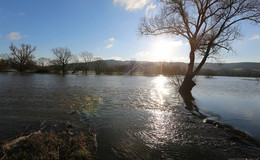 Nach Regenfällen: Fulda-Hochwasser überschwemmt Wiesen
