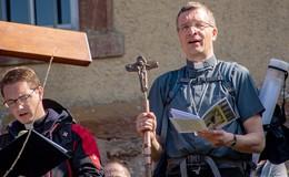 Künftiger Bischof bewegt die Massen: Dr. Michael Gerber auf Pilgertour