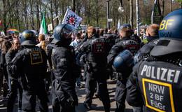 Bundes-Notbremse auf dem Weg: Protest-Aktionen im Regierungsviertel