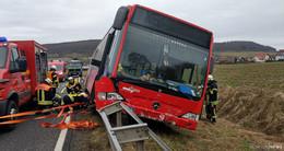 Linienbus kam von der Fahrbahn ab - 50.000 Sachschaden