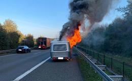 Stau auf der A5: Wohnwagen geht auf Autobahn in Flammen auf