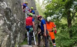Kletterunfall an der Steinwand - Im Seil hängende Person gerettet
