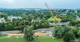 Längsträger der neuen Radbrücke werden HEUTE eingehoben