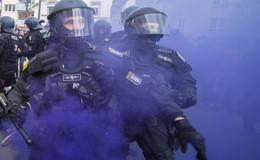 13 verletzte Polizisten nach 1. Mai-Demo: Friedlicher und gewalttätiger Protest
