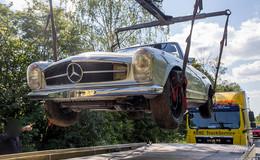 Frontalzusammenstoß verhindert: Mercedes Oldtimer landet im Graben