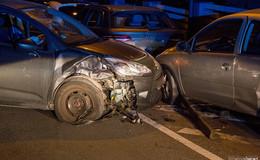Alkoholisierter Fahrer kracht gegen parkende Autos