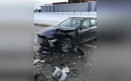 BMW-Fahrer in Gegenverkehr geraten - zwei Leichtverletzte
