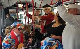 Närrische Polonaise durch die Busse und Bahnen der HSB