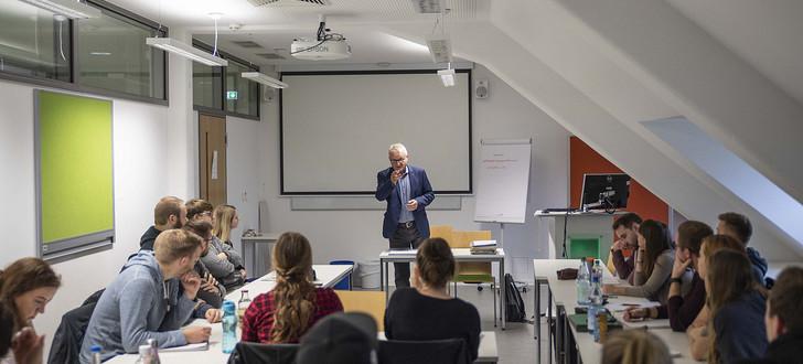 30 Studenten folgen Ex-Staatssekretär Dippel im Hörsaal der Hochschule - Osthessen News